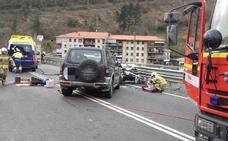 Atrapado el conductor de un turismo tras un choque frontal en Balmaseda que deja tres heridos