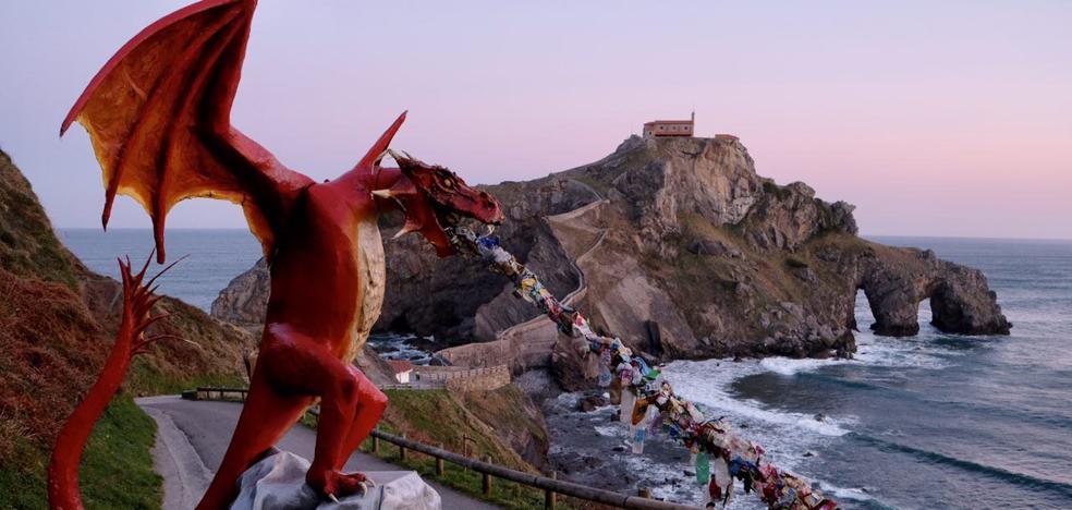 Los dragones de 'Juego de Tronos' vuelven a Gaztelugatxe para luchar contra el «maldito plástico»