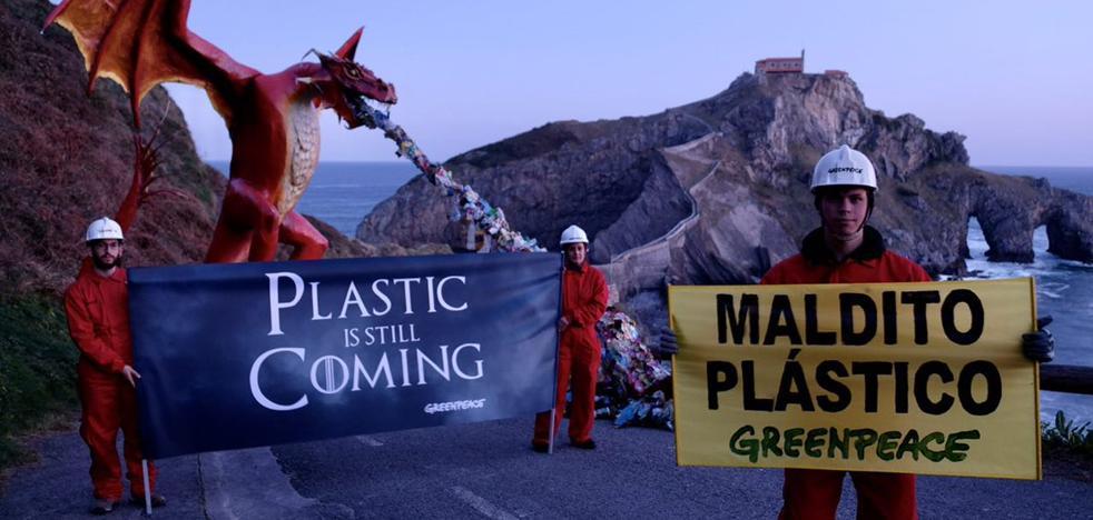Greenpeace instala un dragón en Gaztelugatxe para denunciar la «avalancha» de plástico al mar