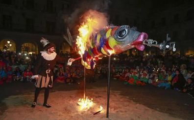 El entierro de la sardina pone fin al carnaval vitoriano