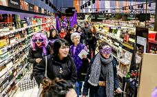 Manifestantes en los comercios de Vitoria