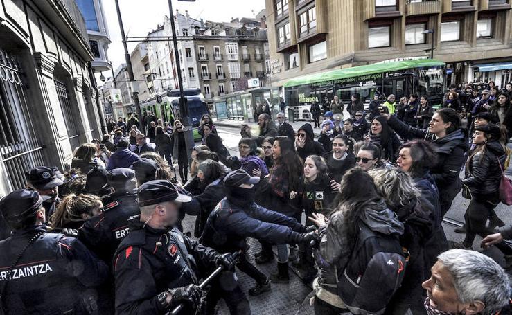 Momentos de tensión en la huelga en Vitoria
