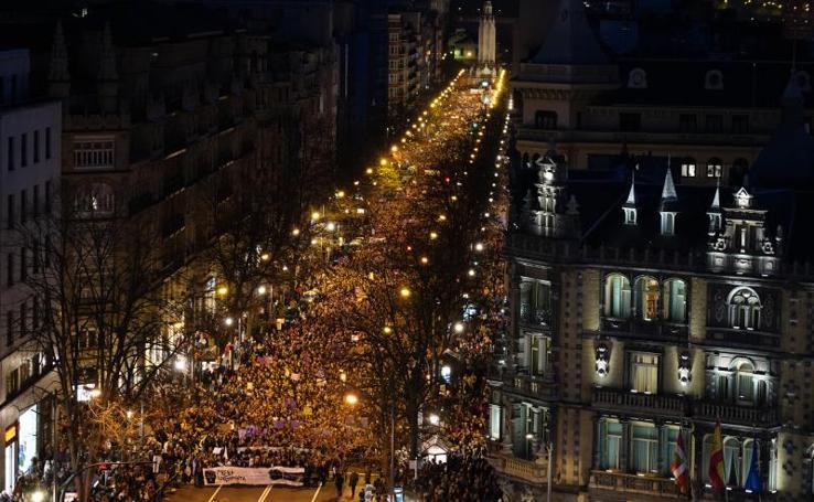 Marea morada por las calles de Bilbao en un histórico 8M