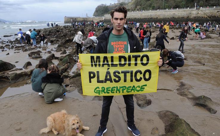 Limpiando de plástico la playa de Ereaga