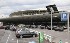 Agreden, atropellan y arrastran agarrado al capó 50 metros a un vigilante en el aeropuerto de Loiu