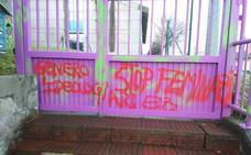 Pintadas contra el feminismo y «la ideología de género» en un colegio de Zaratamo
