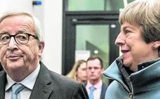 May acuerda con Juncker garantías de última hora para encarrilar el 'Brexit'