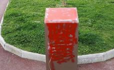 Embadurnan con pintura el monumento a las mujeres dinamiteras de Galdakao