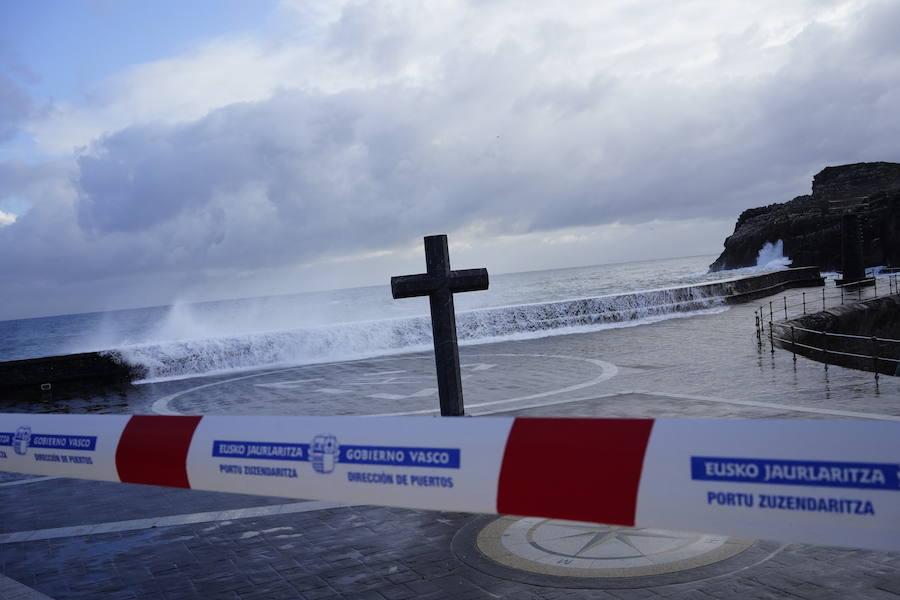 Las grandes olas sacuden la costa vizcaína