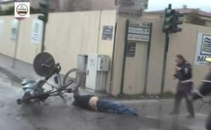 Un hombre provoca una grave caída en la crono de la Tirreno