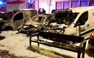 Un incendio calcina un vehículo y afecta a otros dos en Vitoria
