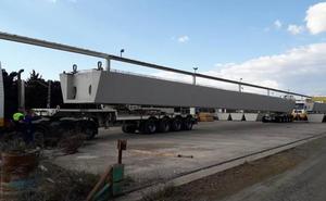 URA instala hoy dos vigas de 63 toneladas para el nuevo puente de Zalla