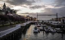 Los turistas no perdonan la foto con el Puente Colgante