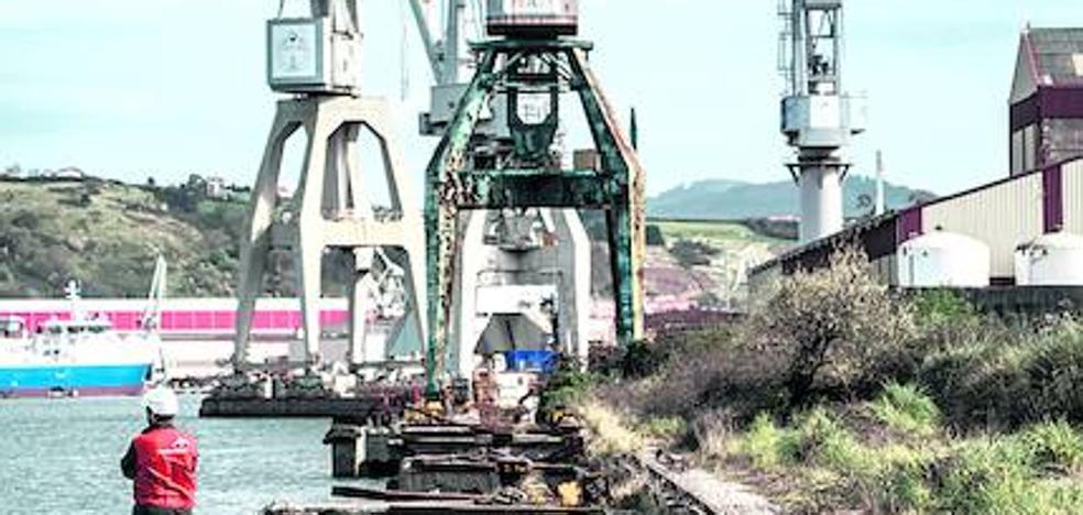 Los trabajadores de La Naval insisten en la compra pública del astillero, que la ministra descarta