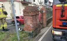 Dos heridos al chocar un coche contra una pared en Güeñes