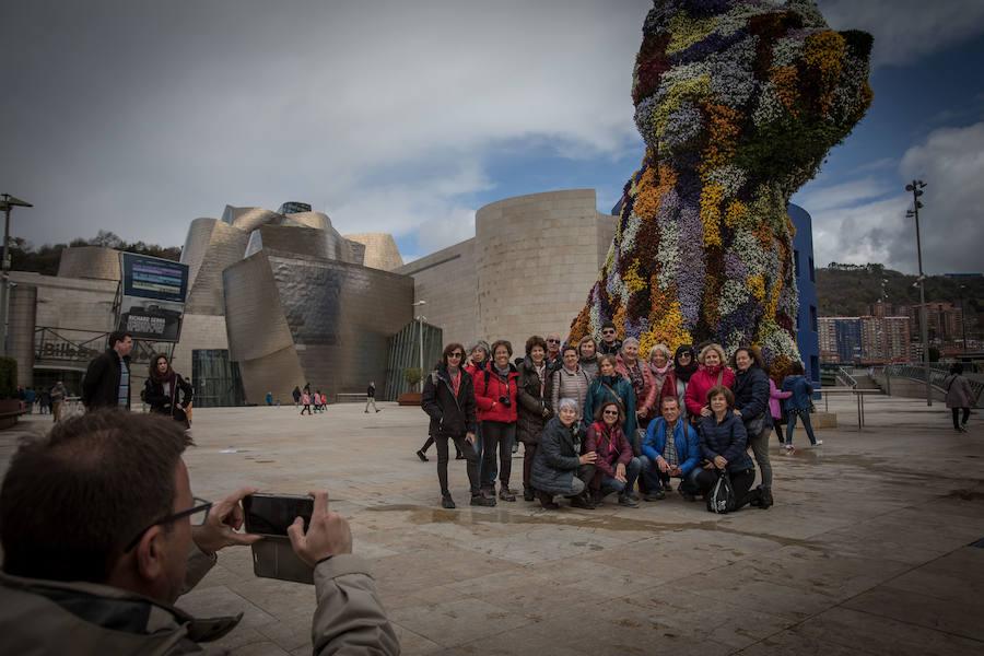 Los turistas visitan el Guggenheim y el Bellas Artes en un día pasado por agua