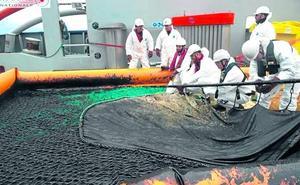 Los arrantzales temen los efectos de la marea negra sobre el verdel y la anchoa