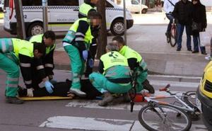 Una mujer de 85 años, trasladada al hospital de Santiago tras ser atropellada por un ciclista