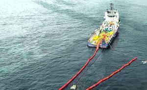 La mejoría en el mar facilita el trabajo de los buques que retiran el fuel del mercante