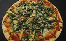 Una pizza con todo el color de la primavera en el plato