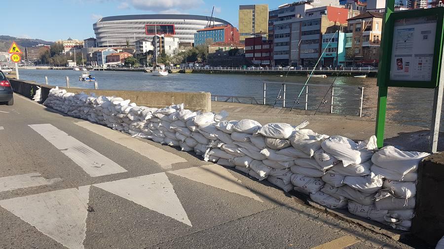 Bilbao vuelve a protegerse con sacos de tierra ante una posible crecida de la ría