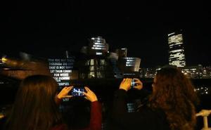 Luces y textos de 19 escritores toman de noche la fachada del Guggenheim