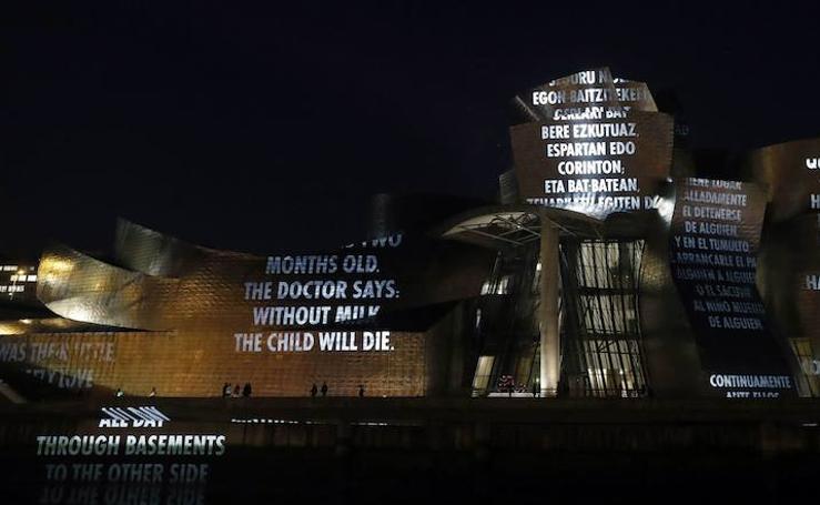 Luces y palabras en la fachada del Guggenheim