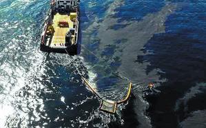 El Cantábrico empieza a protegerse contra la marea de fuel del 'Grande America'