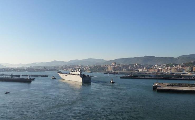 El portaaviones 'Juan Carlos I' llega a Getxo
