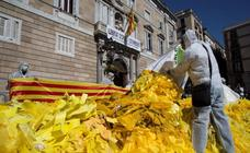 Miles de lazos ante la Generalitat