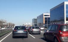 Colapso en el tráfico para ver el 'Juan Carlos I' en Getxo