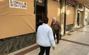 Los comerciantes de Barakaldo tapan sus escaparates para alertar sobre su desaparición