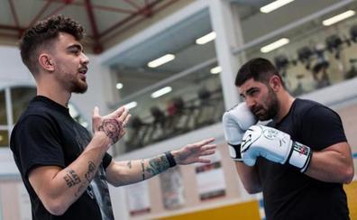 Lección magistral de Jon Fernández a 30 aficionados al boxeo en Erandio