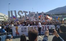 Una multitudinaria manifestación rechaza en Alsasua la sentencia por agresión a dos guardias civiles