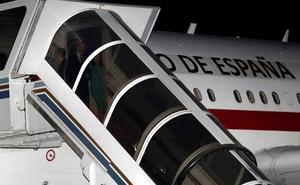 Los Reyes se quedan atrapados una hora en el avión que les trasladó a Argentina