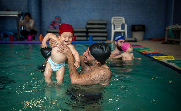 Así es una clase de natación para bebés