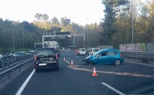 Cuatro heridos tras el choque entre dos camiones, una furgoneta y cinco coches en el corredor del Txorierri
