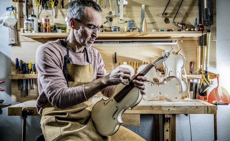 El luthier Oleg Ivanyschuk enseña en Vitoria detalles del oficio a alumnos de diversos países