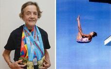 Ibone Belausteguigoitia, la primera olímpica vasca, sigue tirándose a la piscina con 88 años