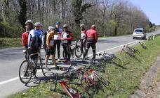 Un turismo provoca la caída de un pelotón de 13 ciclistas en la carretera a Landa, en Álava