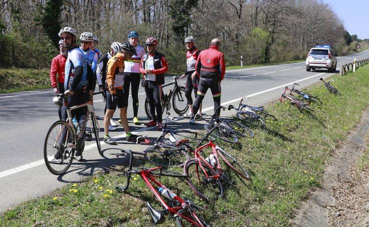 Un turismo provoca la caída de un pelotón de 13 ciclistas en la carretera a Marieta, en Álava