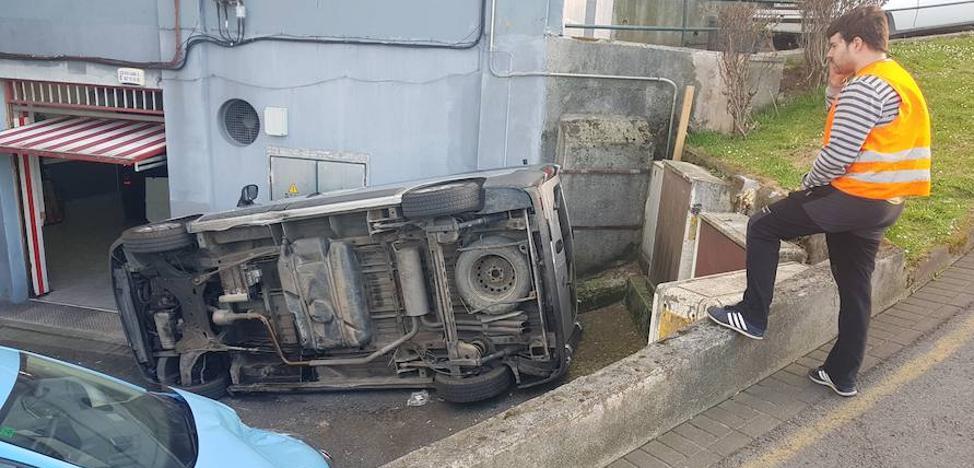 Susto en Sestao al perder el control y caer por una cuesta una furgoneta con un niño de cinco años dentro