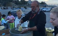 Un cocinero español da de comer a los refugiados de Lesbos