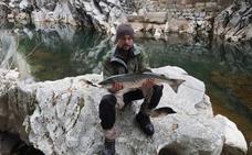 El salmón de 2.500 euros pescado por un vecino de Zalla