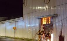 Un incendio causa daños en una fábrica abandonada en Zalla