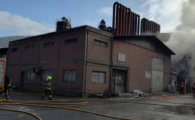 Sofocado el incendio de Tubos Reunidos que ha obligado a desalojar la fábrica de Amurrio