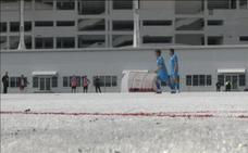 Un campo de fútbol en Rusia hecho con 50.000 vasos de plástico