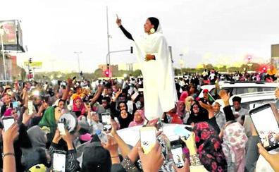 La arenga de la 'reina rubia' fortalece la revolución en Sudán