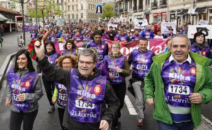 La Korrika a su paso por Bilbao, en imágenes