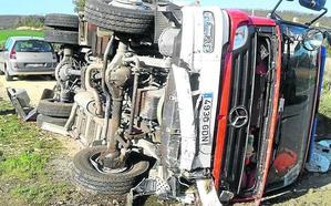 Los Bomberos de Espejo vuelcan con su camión en un accidente sin heridos